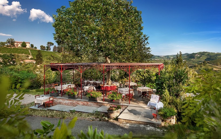 Neive (CN): il dehors della cantina del Rondò per provare l'emozione di una cucina abbinata ai grandi vini di Langa