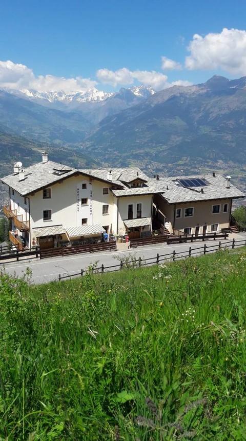 """Valle d'Aosta: al ristorante """"Les Fleurs"""" a Gressan per mangiare nel verde, gustando un'ottima cucina con panorami incantevoli"""