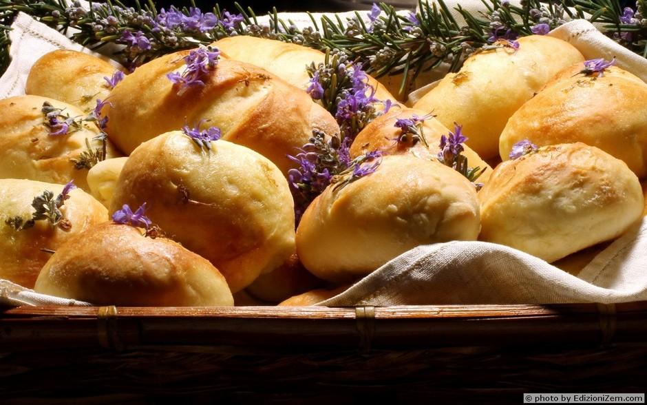 """I fiori nel piatto: la ricetta dei """"Panini ai fiori di Rosmarino"""" dello chef Gianfranco Calidonna"""