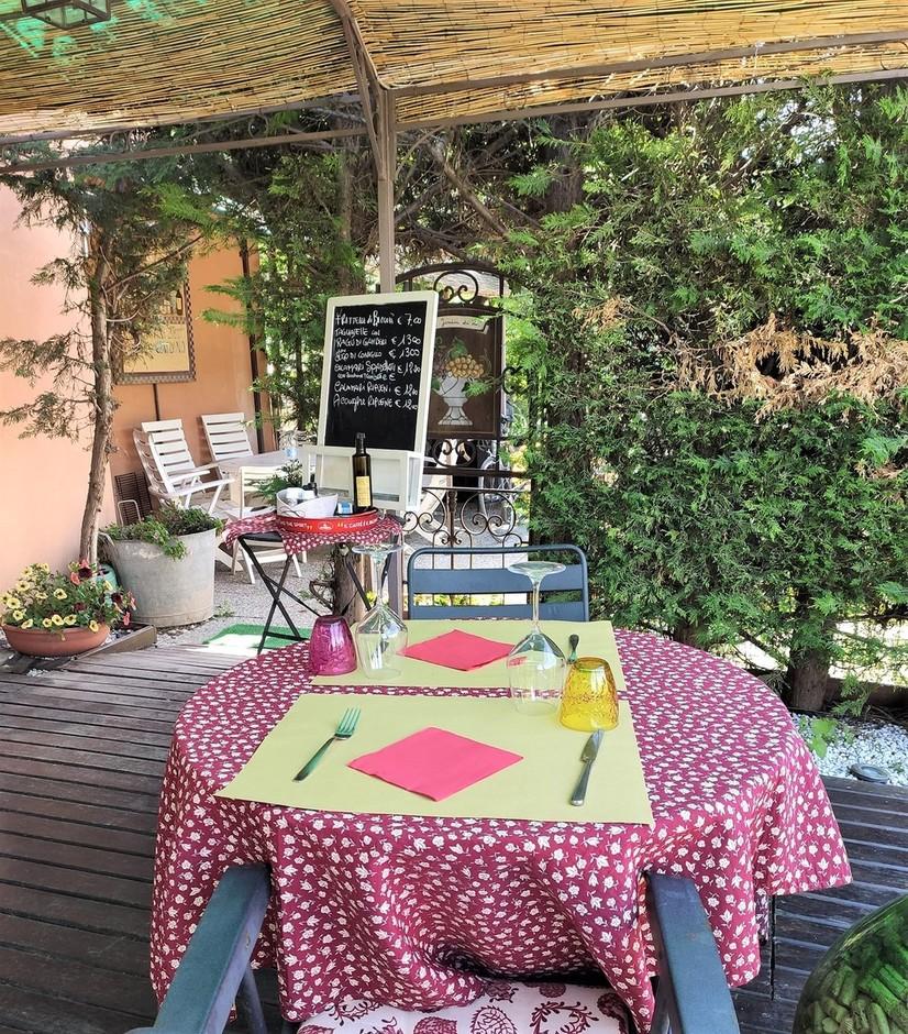 Albenga (SV): una piacevole sosta per mangiare in relax e sicurezza nel giardino della Ristobottega della chef Cinzia Chiappori