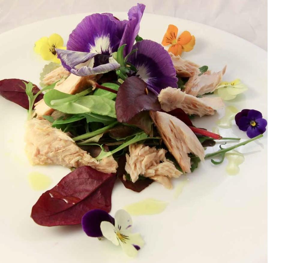 I fiori nel piatto: lnsalatina all'erbette spontanee, sgombro e viola del pensiero