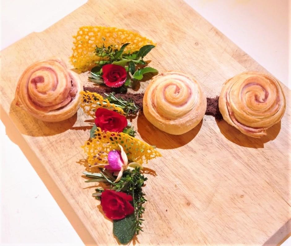 I fiori nel piatto: il pane sfogliato con la Begonia