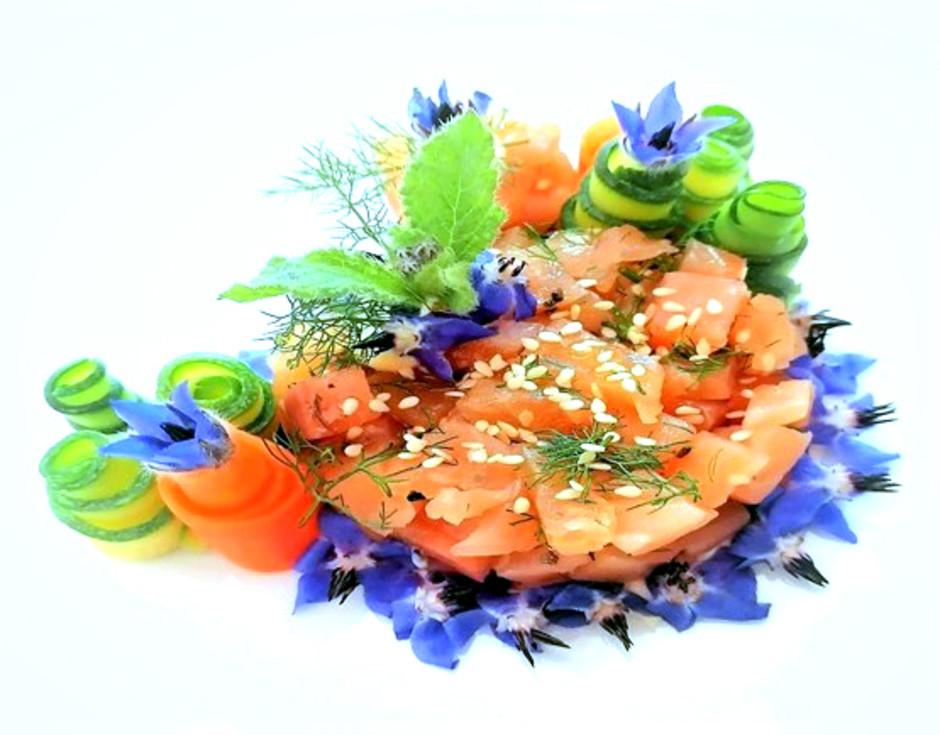 Fiori nel piatto: la Tartare di salmone marinato ai fiori di agrumi.
