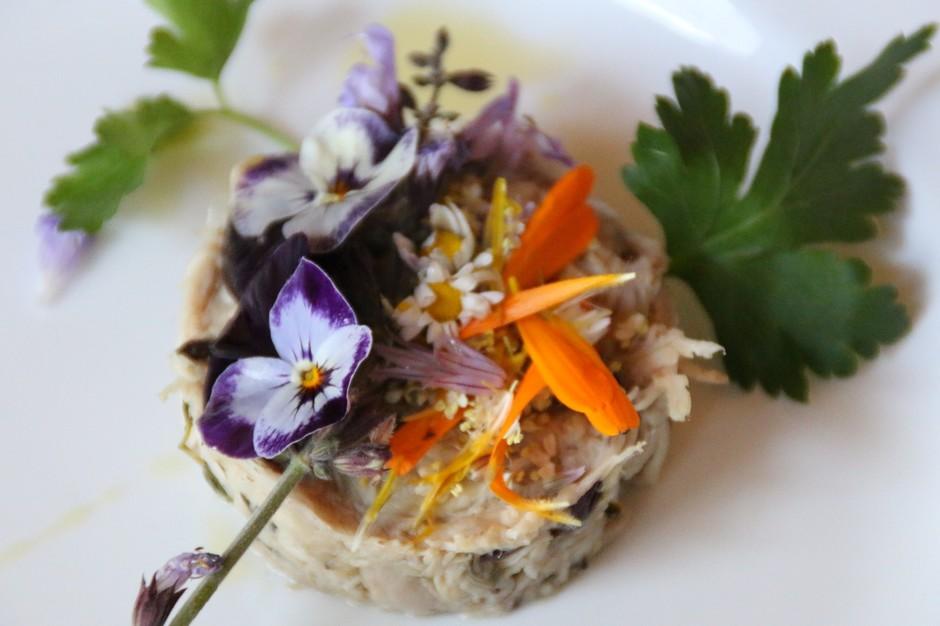 """I Fiori nel piatto: il """"Tonno di coniglio con i fiori di nasturzio"""" dello chef Cinzia Chiappori"""
