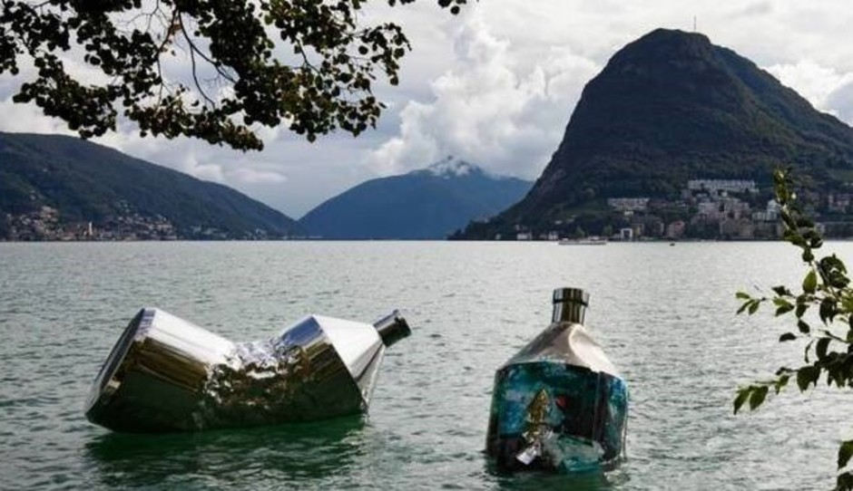 "Lugano (CH): ""The Twin Bottles: Message in a Bottle"" fino al 30 aprile nelle acque del lago Ceresio"