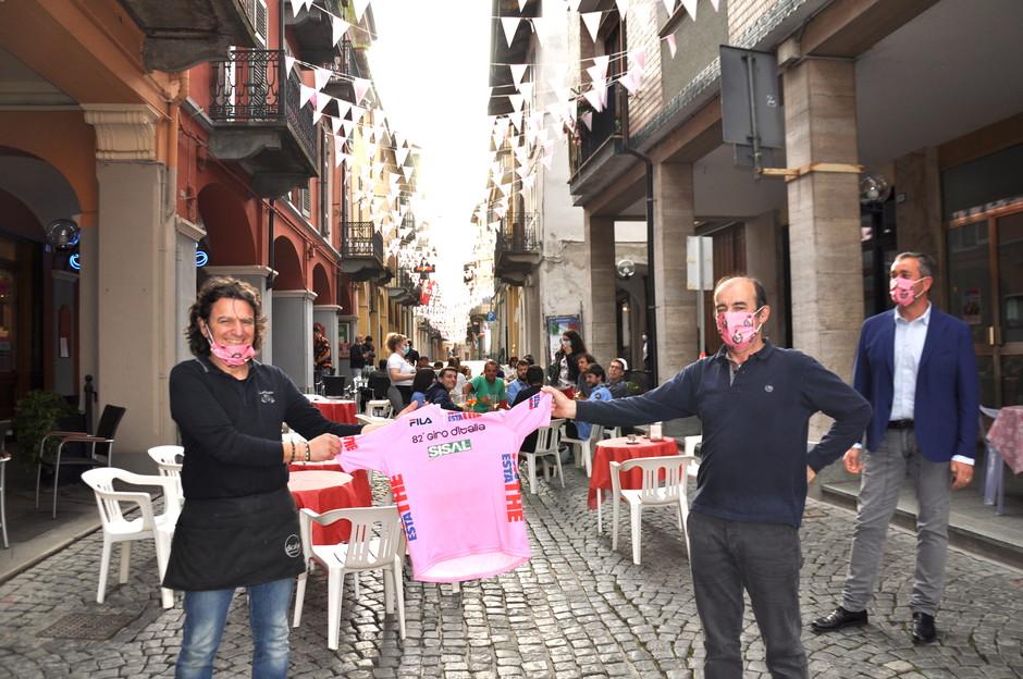 Canale (CN) si veste di rosa per la sua prima volta nella storia del Giro [FOTO]