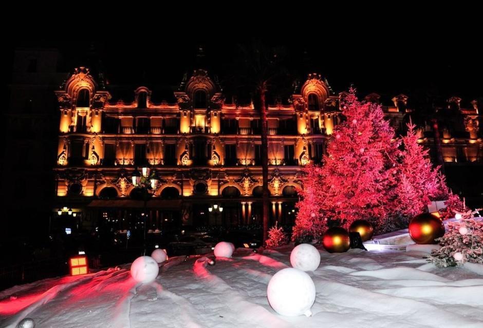Monaco proseguono i lavori per l'installazione delle luci natalizie, che saranno accese il 22 novembre