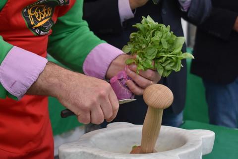 'Aromatica' di Diano Marina (IM): il basilico protagonista del Campionato Mondiale di Pesto al Mortaio