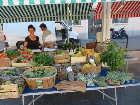 I profumi e i gusti di Provenza in un banco al Marché di Cours Saleya a Nizza (Foto)